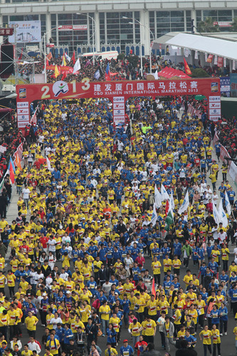 A huge crowd at the starting point at the Xiamen International Conference & Exhibition Center.  (PRNewsFoto/The Organization Committee of Xiamen International Marathon)