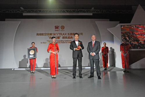 "President Edward Plaisted of SKYTRAX Presents Hainan Airlines President Wang Yingming With the ""Five-Star"" Award.  (PRNewsFoto/Hainan Airlines)"