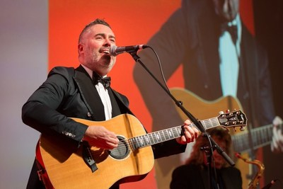 Ed Robertson performing at the 2015 Morningstar Awards