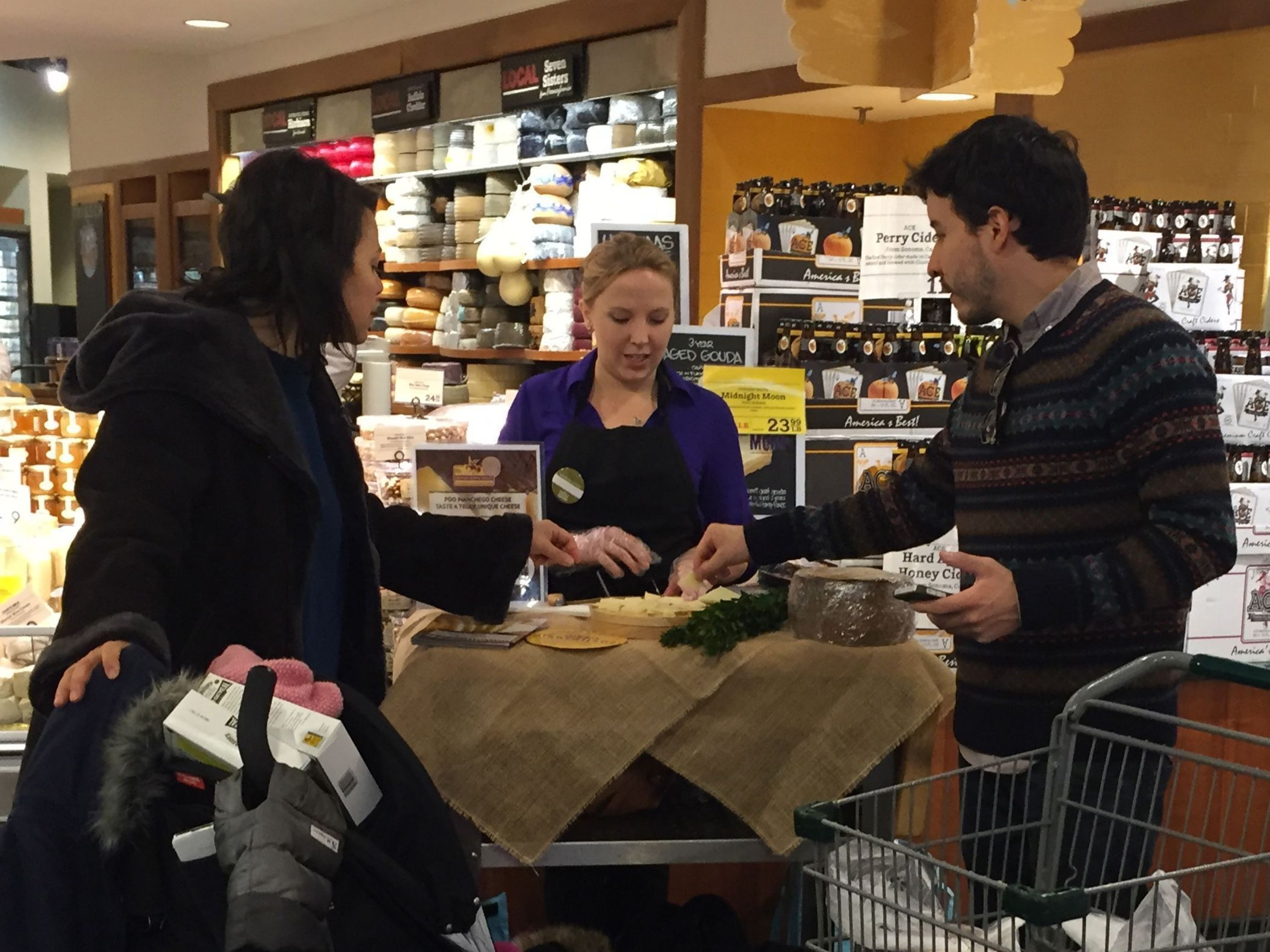 New Yorkers tasting PDO Manchego Cheese at Wholefoods Market (PRNewsFoto/PDO Manchego Cheese)