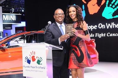 Zafar Brooks, Director, Hyundai Hope On Wheels, presents award to Michelle Williams (PRNewsFoto/Hyundai Hope On Wheels)