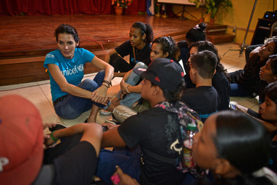 UNICEF Ambassador Angie Harmon speaks with a group of adolescents in Bluefields, Nicaragua who mentor peers in their communities on difficult issues such as trafficking, violence, drugs and HIV/AIDS. (PRNewsFoto/U.S. Fund for UNICEF, Kike Calvo / Courtesy of the U.S. Fund for UNICEF)