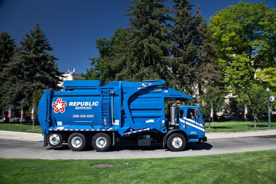 REPUBLIC'S NEW FLEET OF NATURAL GAS POWERED TRUCKS NOW SERVING INDIANAPOLIS.  (PRNewsFoto/Republic Services, Inc.)