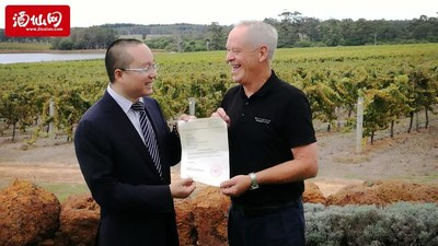 Watershed Premium Wines presents letter of authorization to Jiuxian.com during the Chinese alcohol retailer's visit to the vineyard to select wines as part of direct purchase agreement