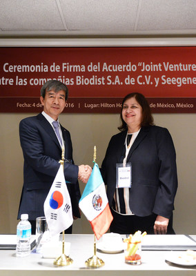 On the left, Seegene Inc. CEO, Dr. Jong-Yoon Chun and on the right, Biodist Group CEO, Rebeca Miramontes Vidal