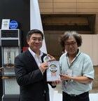 Yan Lida, President, Enterprise Business Group, Huawei (left) receives the 2015 Interop Tokyo Best of Show Grand Prix Award in the Carrier and ISP Networking Category from Professor Shuji Nakamura of Keio University (right).