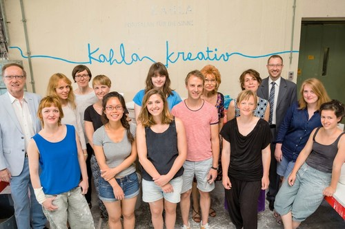 KAHLA-Kreativ provides new stimuli for porcelain culture. Results from the 6th workshop for young artists and designers are going on a travelling exhibition starting in September 2015. Group portrait of the participants of this year's KAHLA-Kreativ workshop with the board members of the Gunther Raithel Foundation. Gunther Raithel (left), designer Barbara Schmidt (3rd from left), Rositta Raithel (5th from right) and Managing Partner Holger Raithel (3rd from right). (PRNewsFoto/KAHLA/Thuringen Porzellan) (PRNewsFoto/KAHLA/Thuringen Porzellan)
