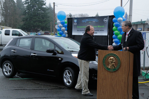 Washington Gov. Jay Inslee presents Steve Marsh with a special pin as Washingtonian of the Day in celebration of Marsh reaching 100,000 gas-free miles in his 2011 Nissan LEAF. Marsh, a Kent, Wash., resident, is the first known LEAF owner to drive 100,000 miles. (PRNewsFoto/Nissan North America) (PRNewsFoto/NISSAN NORTH AMERICA)