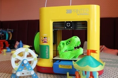 XYZprinting's popular, kid-friendly and education-oriented da Vinci miniMaker (MSRP $249.95) 3D printer will be available online on Toysrus.com.