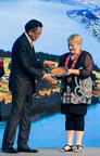 Amway China president Audie Wong exchanges gifts with Vanessa van Uden, Mayor of Queenstown