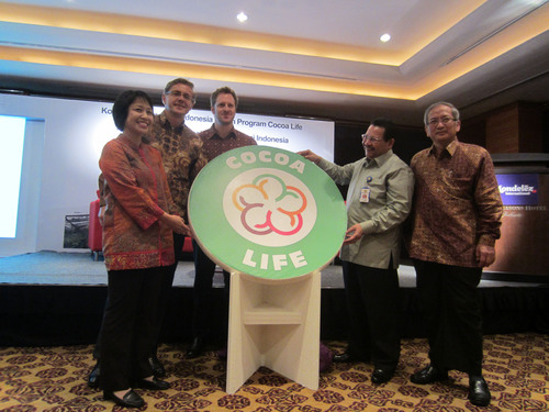 Jiri Hejl, President of Mondelez Indonesia, celebrates the launch of Cocoa Life in Indonesia with colleagues and leaders from the country's Ministry of Agriculture and its Coffee and Cocoa Research Institute (ICCRI).  (PRNewsFoto/Mondelez International, Inc.)