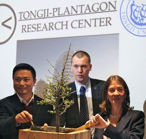 Swedish innovator Plantagon International, pioneer in innovative vertical urban agricultural solutions, is setting up the Tongji-Plantagon Research Center with Tongji University, Shanghai. Under the auspices of His Majesty King Carl XVI Gustaf of Sweden, the Consul General of Sweden in Shanghai Ms. Viktoria Li officially opened the lab during a formal ceremony at Tongji University on April 3rd, 2013, with Vice President Mr. Li of Tongji University and Mr. Pettersson, COO of Plantagon International.