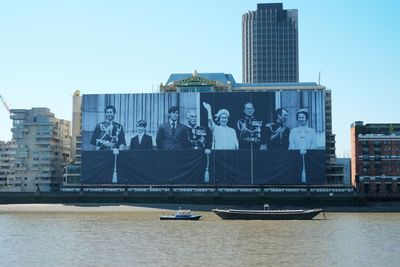 Sea Containers celebrates the Diamond Jubilee by displaying the largest ever photograph of the Royal Family on the side of its building, dominating the landscape of the Thames. Measuring 100m x 70m and weighing nearly two tons, it took 45 hours and 8 abseiling men to erect the tribute. The giant image hides building work as Sea Containers is transformed in to a luxury Mondrian hotel and 300,000 sq ft state of the art office space.