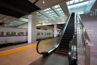 Xizi Otis has been re-awarded the maintenance service contract for all Otis escalators at Beijing South Railway Station. As a key railway hub in China, the station is one of the largest and busiest within China's high-speed rail networks, covering 320,000 square meters in floor area.