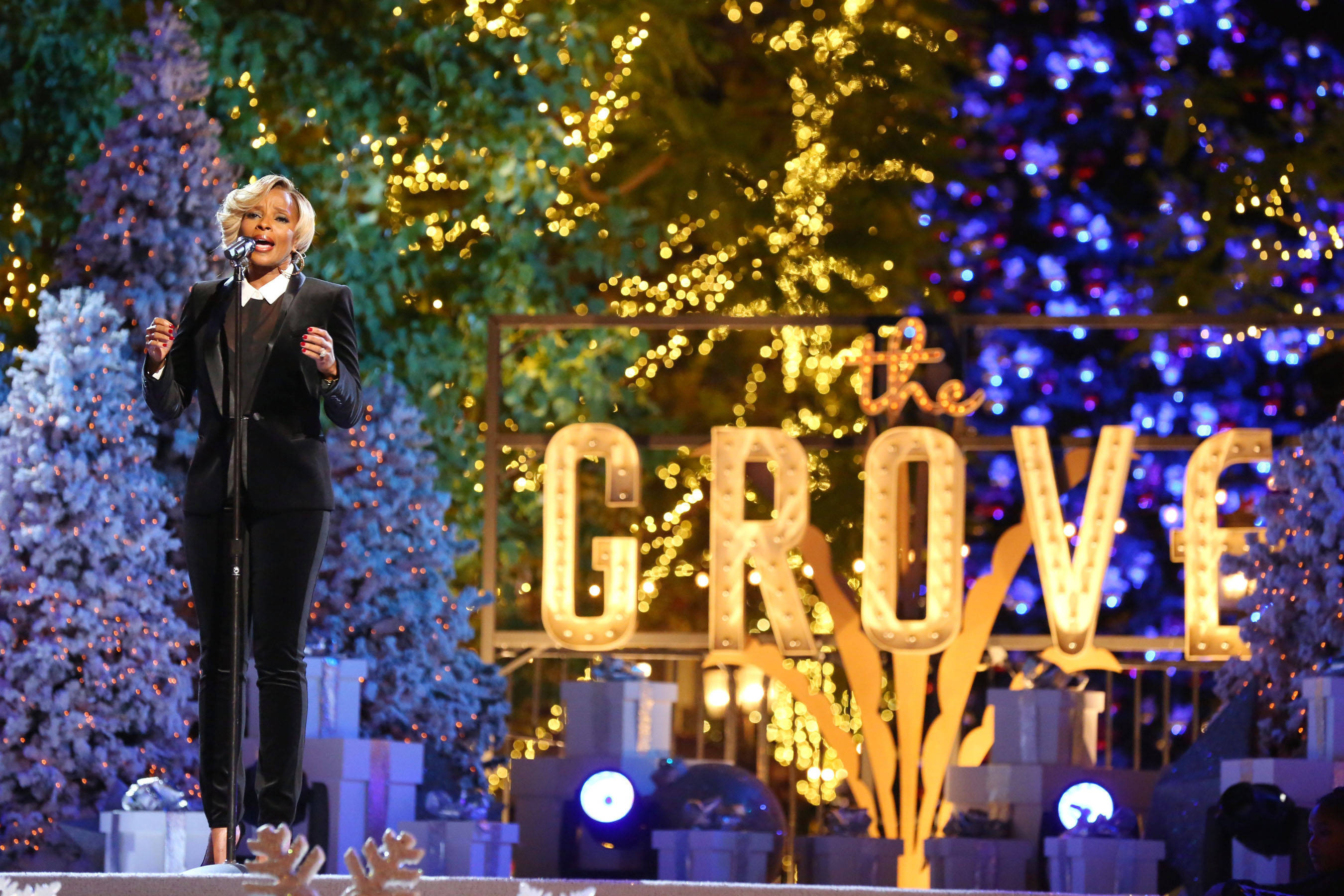 """Mary J. Blige Performing At """"A Hollywood Christmas at The Grove, Presented by Cadillac"""" Photo Credit: Alexandra Wyman/Invision for Caruso Affiliated/AP Images. (PRNewsFoto/Caruso Affiliated) (PRNewsFoto/CARUSO AFFILIATED)"""