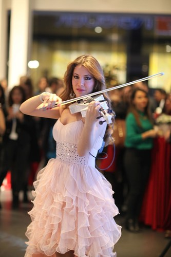 An artist playing the violin at ISMOB Furniture Fair (PRNewsFoto/TUYAP) (PRNewsFoto/TUYAP)