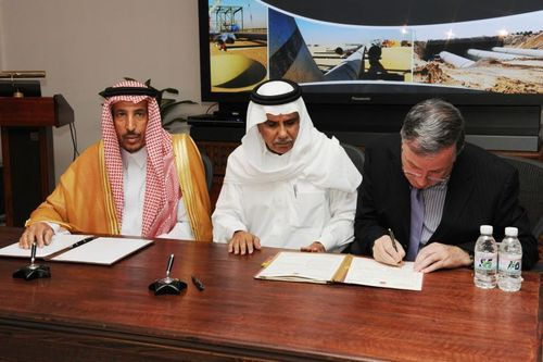 Seamus Malynn and the Royal Commission for Jubail and Yanbu - Contract Signing (PRNewsFoto/Kentz Corporation Limited)