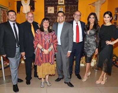"""Sandra Cisneros (tercera desde la izquierda) presenta su instalacion de un altar titulada """"A Room of Her Own"""" (Su propia habitacion) en la gala del Dia de los Muertos """"Fotos y Recuerdos"""", celebrada en el Museo de Arte Latinoamericano, junto a (de izquierda a derecha) Gilberto Gutierrez, gerente senior de marca de HERDEZ(R) en MegaMex Foods; Stuart A. Ashman, presidente y director ejecutivo del MOLAA; Robert Garcia, alcalde de Long Beach, California; Carlos M. Sada, Consul General de Mexico en Los Ángeles; Francisca Lachapel, presentadora del programa matutino de Univision """"Despierta America""""; y Cristy Marrero, directora de contenidos de Meredith Hispanic Media y jefa de redaccion de la revista """"Siempre Mujer"""" ."""
