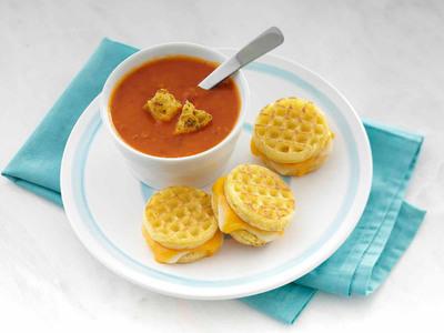 Eggo(R) Grilled Cheese Sandwiches. (PRNewsFoto/Kellogg Company) (PRNewsFoto/KELLOGG COMPANY)