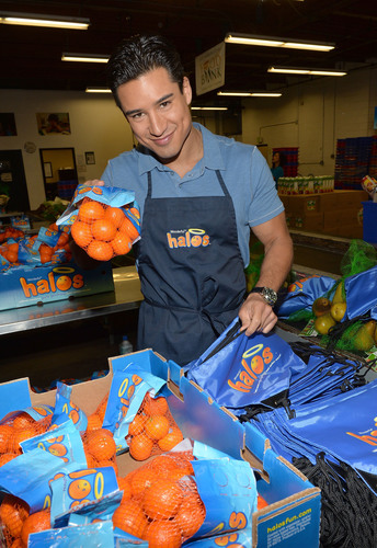 LOS ANGELES (February 5, 2014): Actor Mario Lopez celebrates a day of pure goodness with Wonderful Halos and Feeding America at the Los Angeles Regional Food.  (PRNewsFoto/Paramount Citrus)