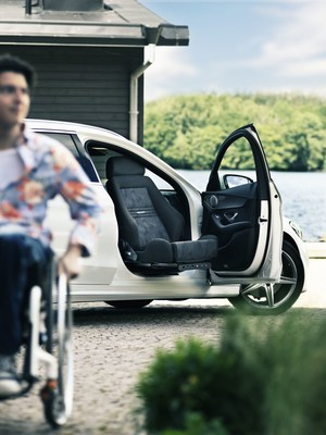 The specific use that benefits most from having the seat outside the vehicle is transferring by oneself from a wheelchair to the car seat, here 40 centimeters makes all the difference. (PRNewsFoto/Autoadapt)