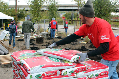More than 20 Lowe's Heroes helped Keep Cincinnati Beautiful clean up and landscape a half-mile stretch of the Mill Creek Greenway Trail in Cincinnati, Ohio, as part of the Lowe's Community Partners grant program in partnership with Keep America Beautiful. (Photo courtesy, Keep Cincinnati Beautiful) (PRNewsFoto/Keep America Beautiful, Inc.)