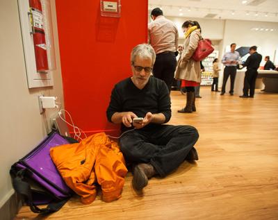 David Tanis (New York) at the Grand Central VZW Store.  (PRNewsFoto/Verizon Wireless)