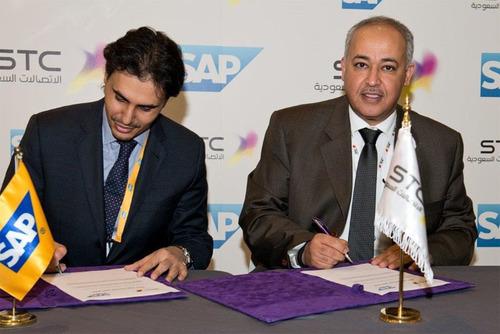 Dr. Albiyari and Mr. Alfaifi Signing the Contract. (PRNewsFoto/Saudi Telecom Co. (STC)) (PRNewsFoto/SAUDI TELECOM CO. (STC))