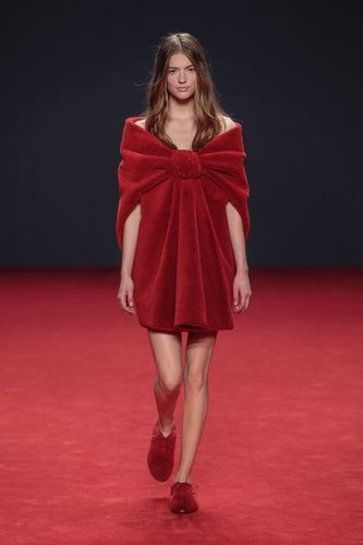 VIKTOR&ROLF PARTNERS WITH DESSO AT THEIR AUTUMN/WINTER 2014 COLLECTION BY TRANSFORMING CARPETS TO HAUTE COUTURE (PRNewsFoto/Desso)