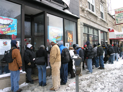 100s of Chicago residents wait in line for free dentistry at bigsmiledental.com.  (PRNewsFoto/Big Smile Dental)