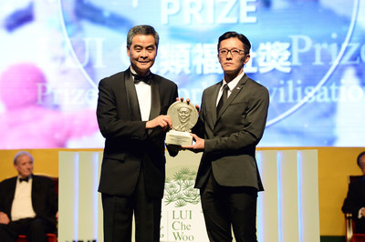 Dr. Chiels Liu Chen-Kun, President, Médecins Sans Frontières (MSF) Hong Kong, on behalf of MSF, receiving the Welfare Betterment Prize of LUI Che Woo Prize – Prize for World Ciliivsation 2016.