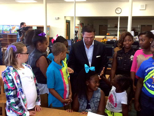 Tony Boselli, former Jacksonville Jaguars offensive lineman and CEO of Healthy Schools, LLC, meets with children to discuss annual flu vaccination as part of the Teach Flu a Lesson program. (PRNewsFoto/Families Fighting Flu)
