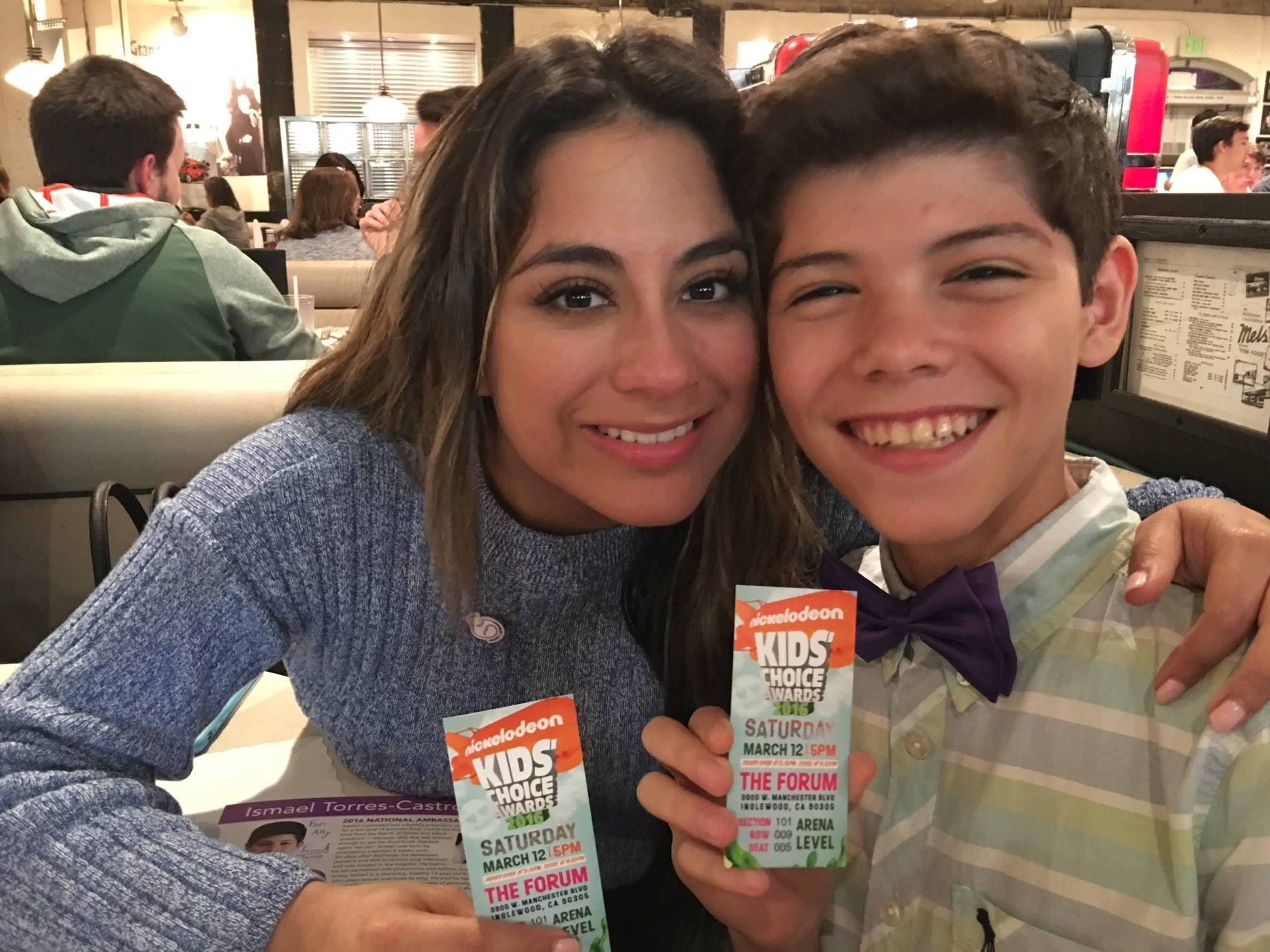 Ally Brooke y un amigo participan en los Premios Kids Choice de Nickelodeon
