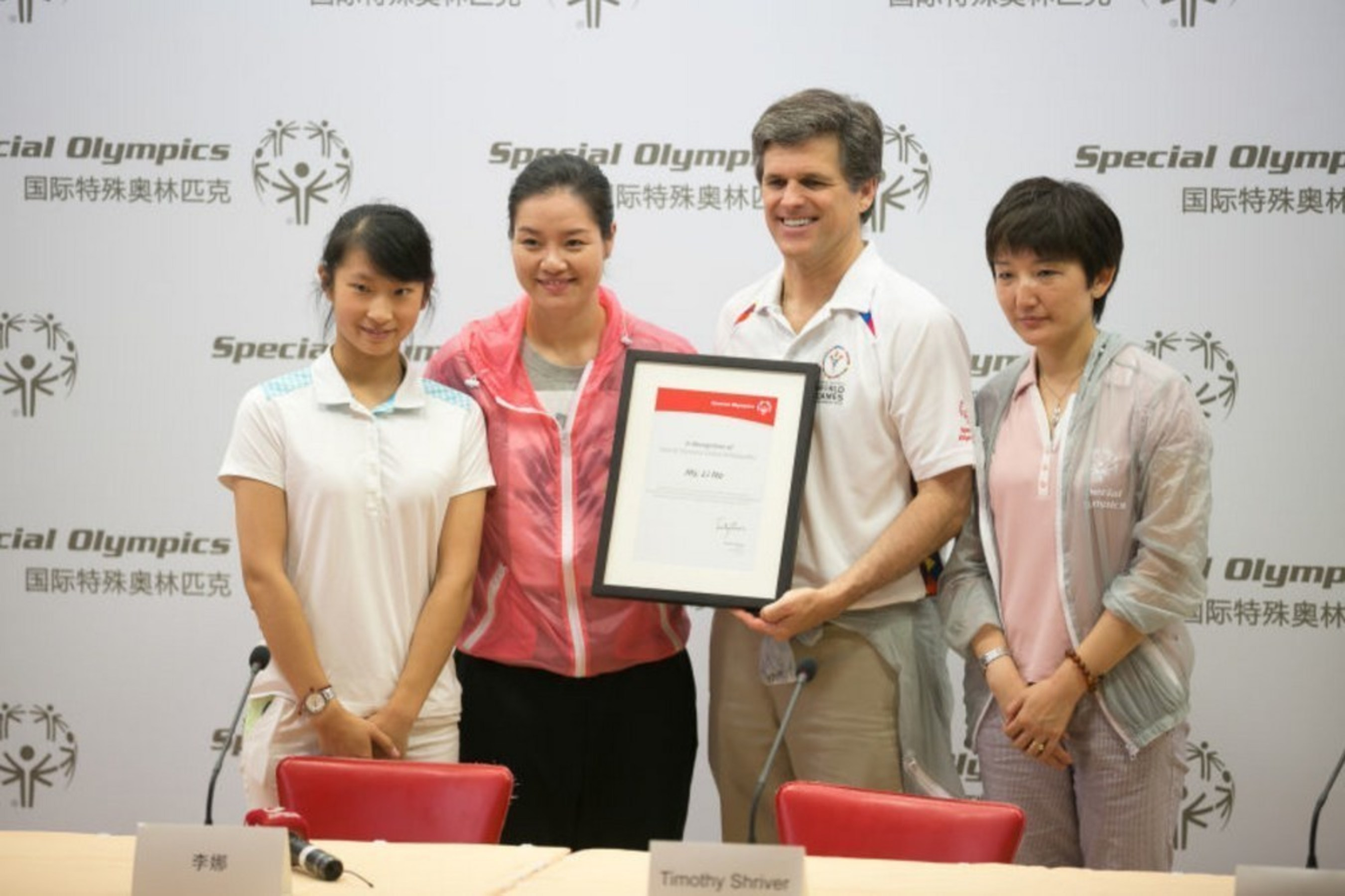 Dr. Timothy P. Shriver, Chairman of Special Olympics awarded Li Na with the official commissioning certificate of Global Ambassador