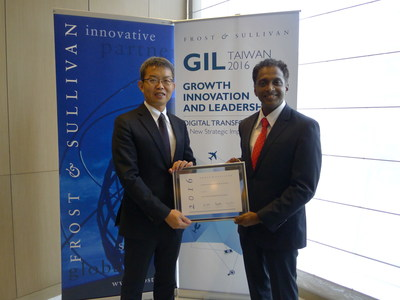 Jason Chu (left), Taiwan Country Manager, CITIC Telecom CPC receiving the award from Manoj Menon, Senior Partner & Asia-Pacific Managing Director, Frost & Sullivan
