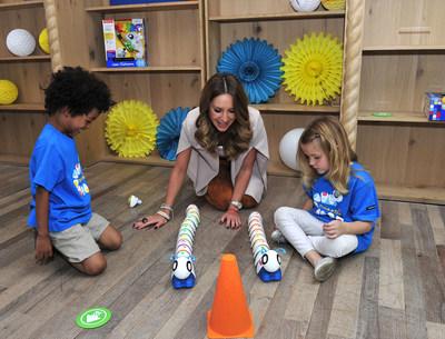 Geraldine Bazan juega con el Code-a-pillar de Fisher-Price en el evento Think-a-Thon en Los Angeles. La linea de juguetes Think & Learn se creo para poner a los preescolares en contacto con conocimientos del siglo XXI, como la comunicacion, el pensamiento critico, la creatividad y la colaboracion.