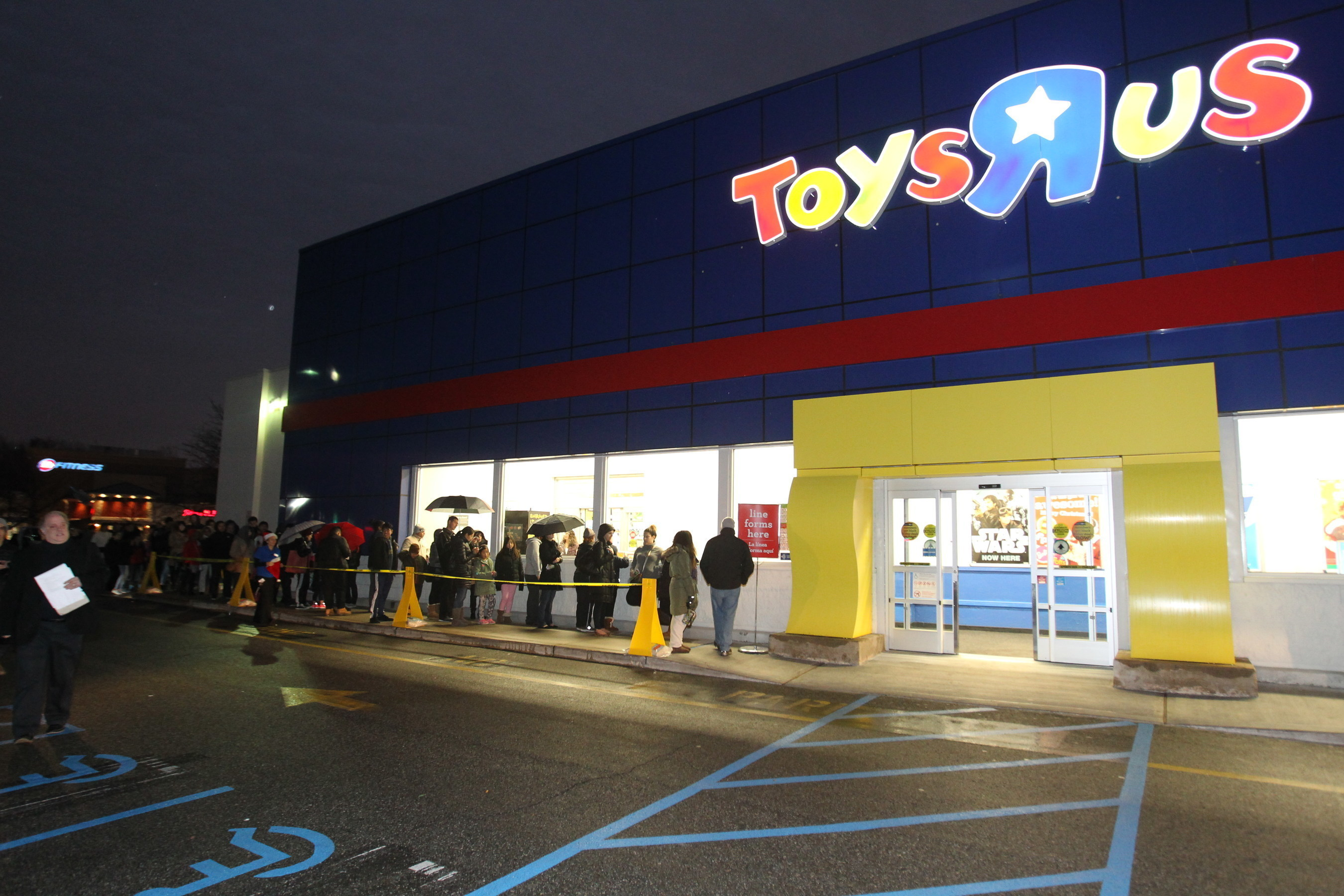 """BARGAIN HUNTERS LEAVE TURKEY SCRAPS BEHIND, LINE UP FOR HOT HOLIDAY DEALS AT TOYS""""R""""US(R)"""