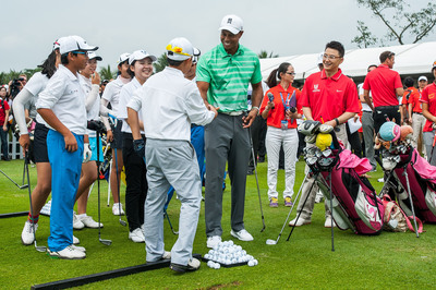 Tiger passes on tips to Juniors in China at Mission Hills Haikou. (PRNewsFoto/Mission Hills China) (PRNewsFoto/MISSION HILLS CHINA)