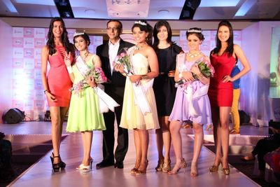 From Left to Right: Prachi Mishra, Pantaloon Femina Miss India – Earth, 2012, Manmeet Kaur, 1st Runner-up Veet 'Be The Diva' 2012, Akhil Chandra, MD, RB India Dimple Paul, Winner, Veet 'Be The Diva' 2012, Vanya Mishra, Pantaloon Femina Miss India – World, 2012 Natasha Sharma, 2nd Runner-up Veet 'Be The Diva' 2012, Rochelle Maria, Pantaloon Femina Miss India – International, 2012