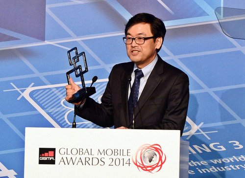 Alex Jinsung Choi, Executive Vice President and Head of ICT R&D Center at SK Telecom receives 'Outstanding LTE Contribution' award and 'Outstanding Overall Technology - The CTO's Choice' at GSMA Global Mobile Awards 2014. (PRNewsFoto/SK Telecom) (PRNewsFoto/SK TELECOM)