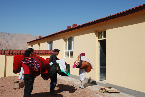 People of Ulugqat County Move to a New Residence.  (PRNewsFoto/City Channel of CRI Online)