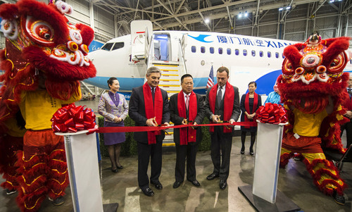 Ribbon cutters (from the left to the right): Raymond Conner, President of Boeing Commercial Airplanes, Inc., Che Shanglun, Chairman and General Manager of Xiamen Airlines and head of International Lease Finance Corporation (ILFC). (PRNewsFoto/Xiamen Airlines) (PRNewsFoto/XIAMEN AIRLINES)