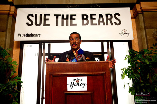 "Jim Beam Honey and Jackie Chiles of ""Seinfeld"" Team Up to Sue the Bears. (PRNewsFoto/Jim Beam) (PRNewsFoto/JIM BEAM)"