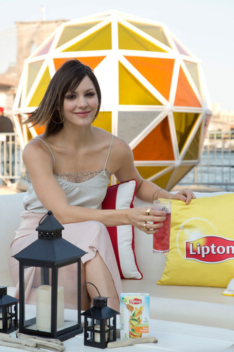 Katharine McPhee ushers in this year's summer solstice by lighting the Lipton Sun at the Summer TASTE Party in New York City.  (PRNewsFoto/Pepsi Lipton Tea Partnership)