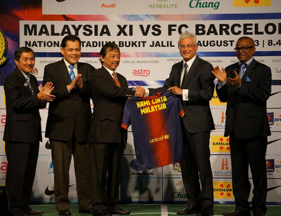 Kebawah Duli Yang Teramat Mulia Tengku Makhota Pahang Tengku Abdullah Al-Haj Ibni Sultan Haji Ahmad Shah Al-Musta'in Billah, Deputy President of Football Association of Malaysia (FAM) (centre) together with Mr. Atoni Rossich, Chief Executive Officer of FC Barcelona (second from right), Yang Hormat Dato' Hamidin bin Mohd. Amin, Vice President of FAM (second from left), Yang Berbahagia Dato' Dr. Ong Hong Peng, Secretary General of Ministry of Tourism Malaysia and Chairman of Malaysia Convention & Exhibition Bureau (MyCEB) (far left), and Mr. Effendi Jagan Abdullah, Managing Director of BSC Soccer (M) Sdn. Bhd (far right) at the press conference of FC Barcelona Asia Tour 2013 in Malaysia.  (PRNewsFoto/Malaysia Convention & Exhibition Bureau (MyCEB))