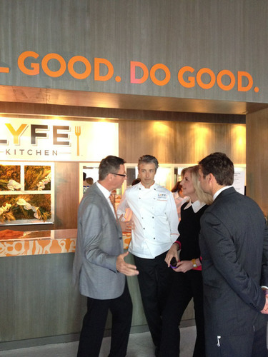 LYFE Kitchen Founder Stephen Sidwell (left), Vice President of Product Development John Mitchell (middle left) and Vice President of Marketing Brendan McDonald (right) discuss LYFE Kitchen's delicious, good-for-you retail products, being served at the Huffington Post Oasis, with Arianna Huffington (middle right), president and editor-in-chief of the Huffington Post Media Group.  (PRNewsFoto/LYFE Kitchen)
