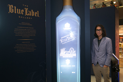 Artist Alvin Tan with his 3D artwork at the launch of the JOHNNIE WALKER Blue Label Gallery in Singapore Changi Airport