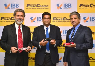 Left to Right: Rajeev Dubey, President (Group HR, Corporate Services & After-Market) & Member of the Group Executive Board, Mahindra & Mahindra Ltd., Dr. Nagendra Palle, CEO & MD, Mahindra First Choice Wheels Ltd. & Anand Mahindra, Chairman & MD, Mahindra & Mahindra Ltd. & Chairman, Mahindra First Choice Wheels Ltd. at the announcement. (PRNewsFoto/Mahindra & Mahindra Limited)