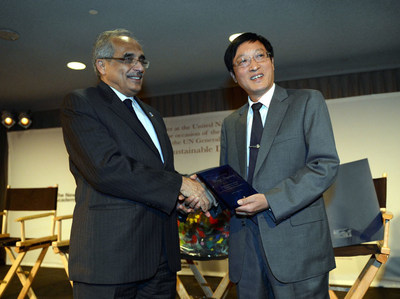 Executive vice president of the Shenzhen Association for International Culture Exchanges Hu Mou (right) accepted the award on behalf of Wang Jingsheng from Under Secretary-General of the United Nations Vijay Nambiar (left)