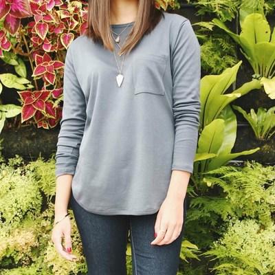 La camiseta de manga larga para mujeres es suave y comoda